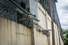 一个房子的深堑侧壁有在雅加达拍的铁丝网照片的印度尼西亚 库存图片
