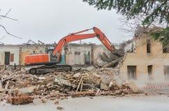 一个房子的爆破有橙色挖掘者的 免版税图库摄影