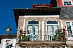 一个房子的片段有一个阳台的在老镇 波尔图葡萄牙 免版税库存图片