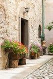 一个房子的用花装饰的入口在Cornello dei塔索中世纪村庄  免版税库存照片
