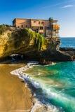 一个房子的看法峭壁的和一个小小海湾在表上晃动海滩 库存照片