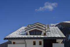 一个房子的积雪的屋顶在意大利阿尔卑斯 库存图片