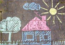 一个房子的粉笔画路面的 免版税库存照片