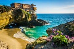 一个房子的花和看法峭壁和一个小小海湾的 免版税库存照片