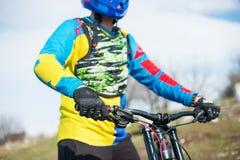 一个手人竟赛者mtb骑自行车者的特写镜头准备好体育的手套的种族坚定地拿着方向盘 免版税图库摄影