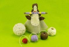 一个手工制造玩偶由秸杆和羊毛制成 库存照片