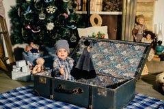 一个手提箱的小男孩在圣诞节装饰,孩子在新年 库存图片