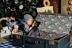 一个手提箱的小男孩在圣诞节装饰,孩子在新年 库存照片