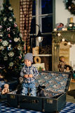 一个手提箱的小男孩在圣诞节装饰,孩子在新年 图库摄影