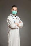 一个手术口罩的男性医生 免版税库存照片