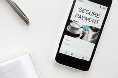 一个手机的顶视图,在屏幕上的安全付款 免版税库存照片