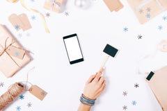 一个手机的顶视图,有标志的女性手 免版税库存图片