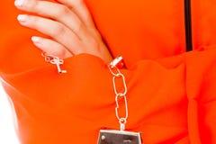 一个扣上手铐的亚裔少妇的中央部位一致的囚犯的 库存图片