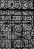 一个扭转的金属格栅的图片通过一块被仿造的玻璃 库存图片