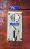 从一个投入硬币后自动操作的机器的一个金属投币口盘区 库存照片