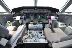 一个投炸弹者Q400 nextgen turbprop航空器的驾驶舱在新加坡Airshow 免版税库存图片