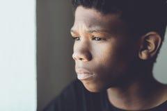 一个担心的非洲男孩的退色的减速火箭的画象 免版税库存照片