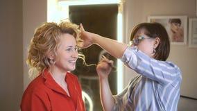 一个招待会的白肤金发的女孩有化妆师的 股票录像