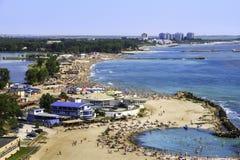 一个拥挤海滩的Birdseye全景 库存照片