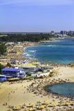 一个拥挤海滩的Birdseye全景 库存图片