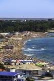 一个拥挤海滩的Birdseye全景 免版税库存图片