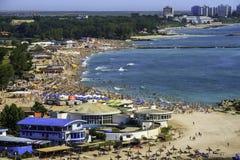 一个拥挤海滩的Birdseye全景 图库摄影