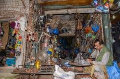 一个拾荒者的画象著名食物街道的,拉合尔,巴基斯坦 免版税库存照片