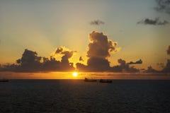一个捕鱼船航行到日出里在Ft 帆船风帆在离岸的附近 库存图片