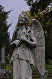 一个损坏的天使雕象的外形在公墓 免版税库存图片
