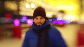 一个接近和看在照相机的年轻有胡子的人冰鞋,微笑 股票视频