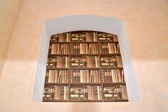一个搁书架的模仿在适当位置的 背景片段内部把沙发视窗枕在 免版税库存照片