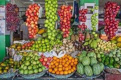 一个摊位用新鲜水果 图库摄影