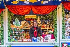 一个摊位的女店员在公平的圣诞节 图库摄影