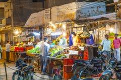 一个摊的人们在夜市场上在Bikaner,印度 免版税图库摄影