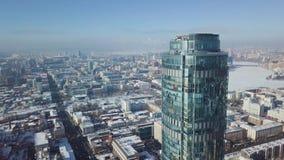 一个摩天大楼和现代城市的顶视图在冬天 华美的摩天大楼在阳光下 免版税库存照片