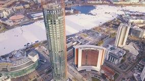 一个摩天大楼和现代城市的顶视图在冬天 夹子 惊人的城市风景 免版税图库摄影