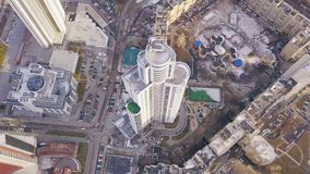 一个摩天大楼和现代城市的顶视图在冬天 夹子 惊人的城市风景 免版税库存图片
