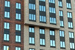 一个摩天大楼的五颜六色的砖墙有窗口的 免版税库存照片