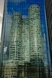 一个摩天大楼的反射在另一个高层塔窗口里在拉德芳斯busines区,巴黎,法国的 免版税库存照片