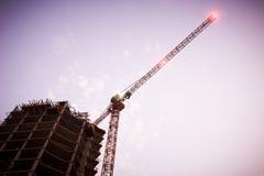 一个摩天大楼的大厦由起重机的 图库摄影