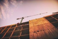 一个摩天大楼的大厦由起重机的 免版税库存照片