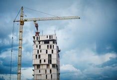 一个摩天大楼的大厦由起重机的 库存图片
