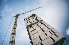 一个摩天大楼的大厦由起重机的 免版税库存图片