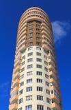 一个摩天大楼的片段蓝天背景的在加里宁格勒 免版税库存照片