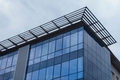 一个摩天大楼的角落在从底部看见的多云和冷的天空下 图库摄影