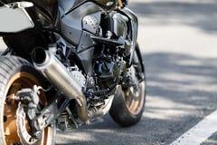 一个摩托车特写镜头的排气管在一个常设状态的 库存图片