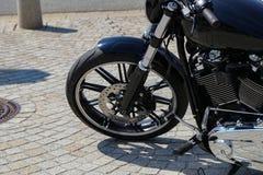 一个摩托车身分的片段在街道上的 免版税图库摄影