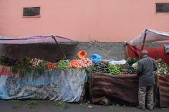 一个摩洛哥在souk的人买的菜 库存图片