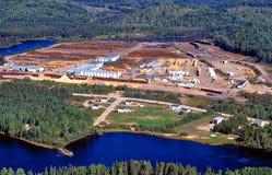 一个操作的黏浆状物质和造纸厂的鸟瞰图 免版税库存照片
