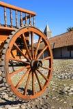 一个支架的木轮子在大牧场的庭院里 库存图片
